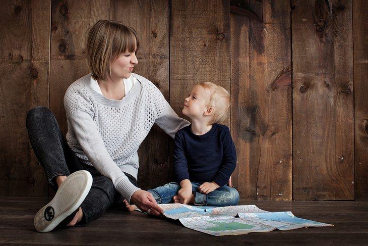 אימא וילד קטן מביטים אחד על השניה, לפניהם פרוסה מפה