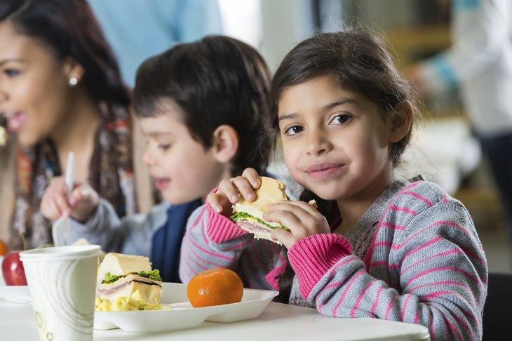 מזונות על מומלצים לילדים: ילדה וילד אוכלים