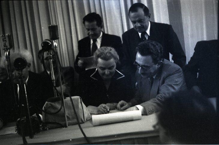 רחל כהן כגן חותמת על מגילת העצמאות