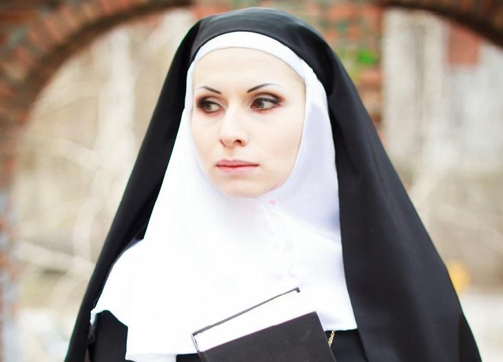 נזירה צעירה ונאה