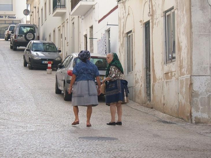 """12 שיטות כיוס ערמומיות בחו""""ל: שתי נשים קשישות הולכות ברחוב"""