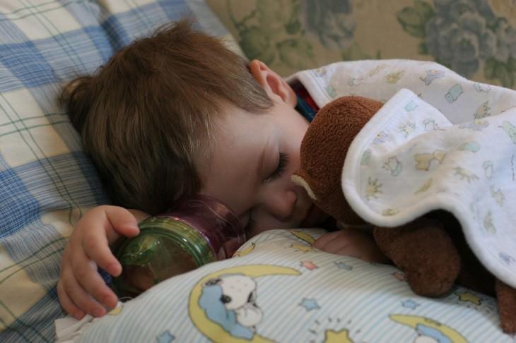 ילד ישן תחת שמיכה
