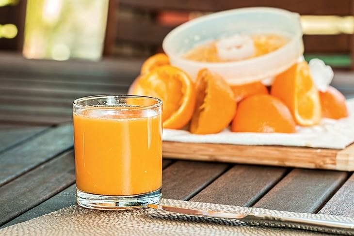 מיץ תפוזים בכוס זכוכית
