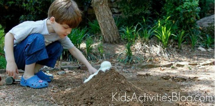ילד כורע מול הר געש שיוצאת ממנו לבה עשויה סודה וחומץ