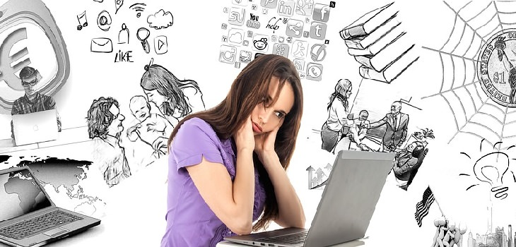 אישה צעירה מביטה על מסך מחשב כשברקע התרחשויות שונות