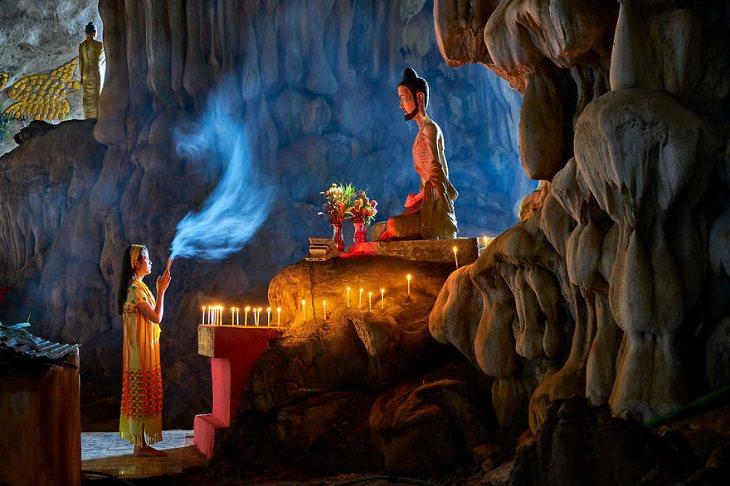 אישה מתפללת לפסל