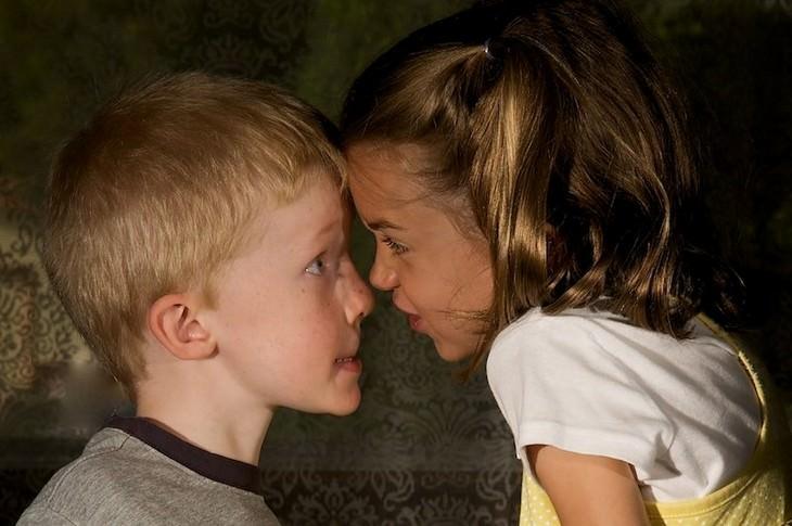 עצות למניעת ריבים בין אחים: אח ואחות עם הפנים צמודות זה לזה