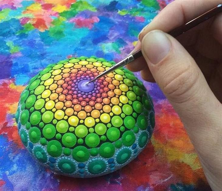 מנדלות צבעוניות על אבנים