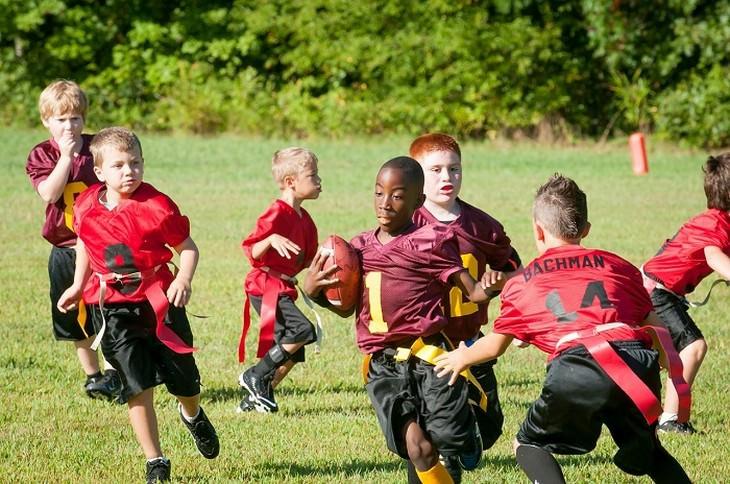10 דרכים להתמודדות עם ילדים הסובלים מהפרעות קשב וריכוז: ילדים משחקים פוטבול