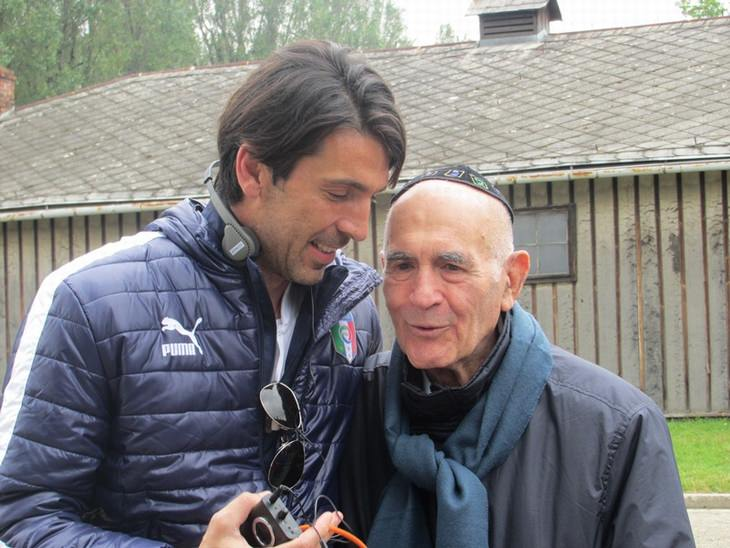 סמי מודיאנו עם שחקן הכדורגל ג'אנלואיג'י בופון, במהלך סיור של נבחרת איטליה באושוויץ ב-2010