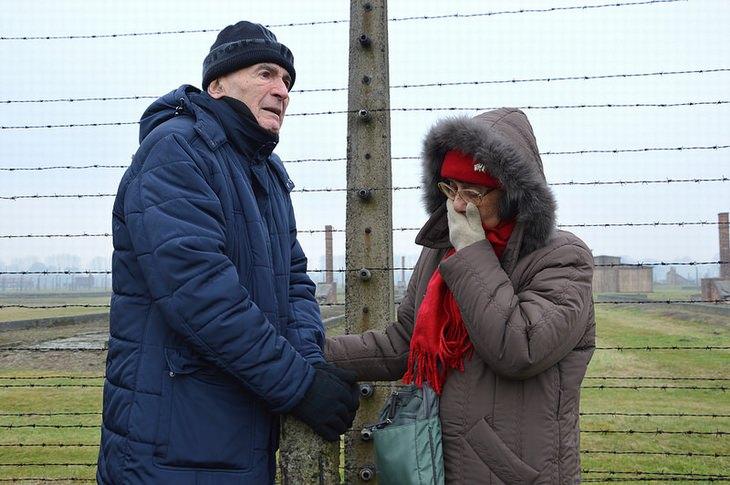 סמי מודיאנו עם רעייתו סלמה במחנה הריכוז אושוויץ-בירקנאו