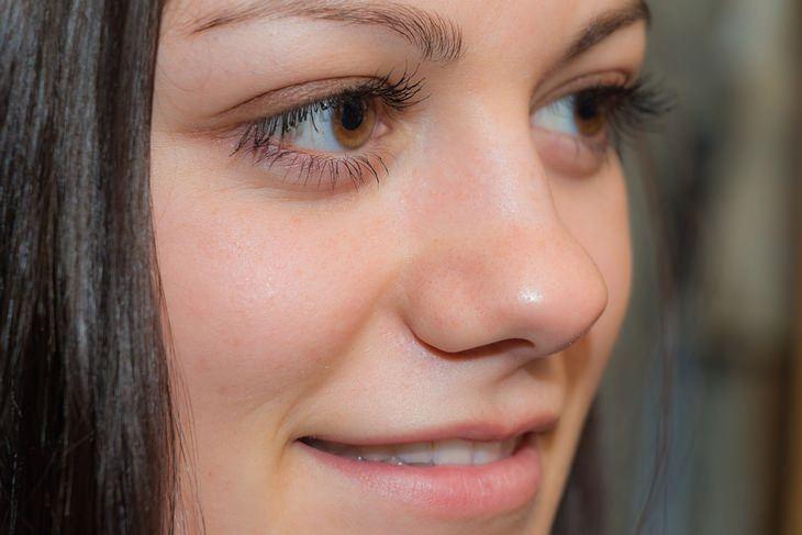 שימושים מפתיעים לקפה: צילום תקריב של פנים של אישה