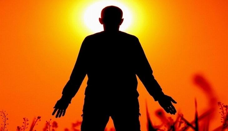 15 לקחים חשובים לחיים: צללית של אדם עומד עם ידיים פרושות לצדדים מול השקיעה