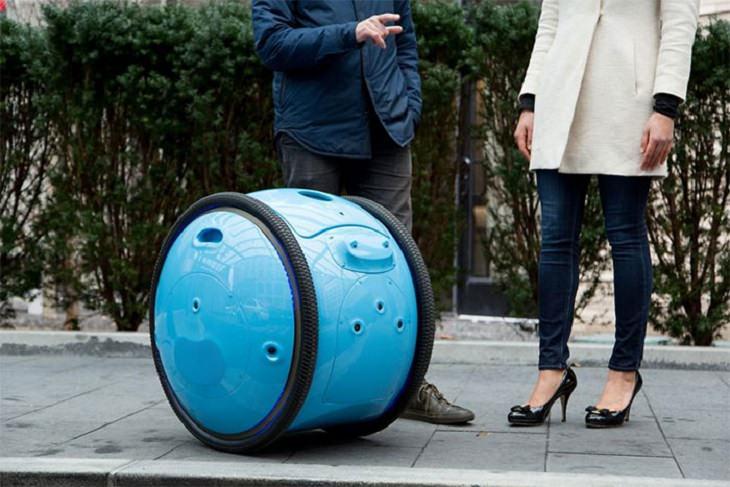 מזוודה עגולה ניצבת ליד גבר ואישה שמשוחחים זה עם זו