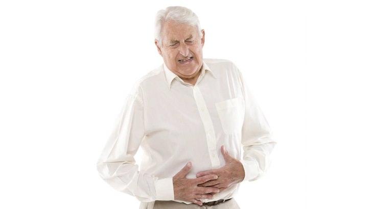 אדם מחזיק את הבטן ונראה סובל