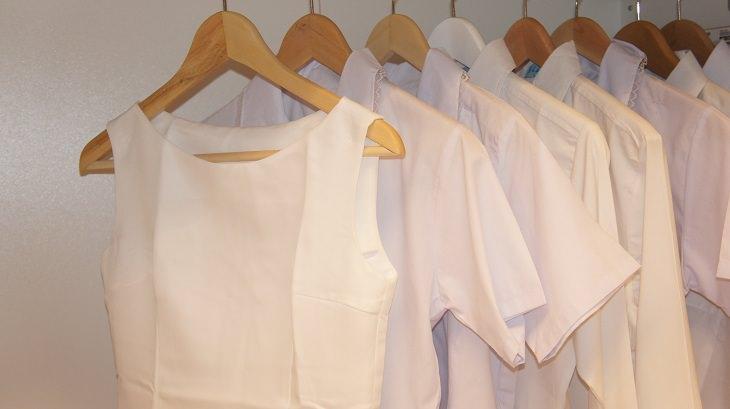 טריקים פשוטים ויעילים לניקוי והלבנת בגדים לבנים: בגדים לבנים על קולב