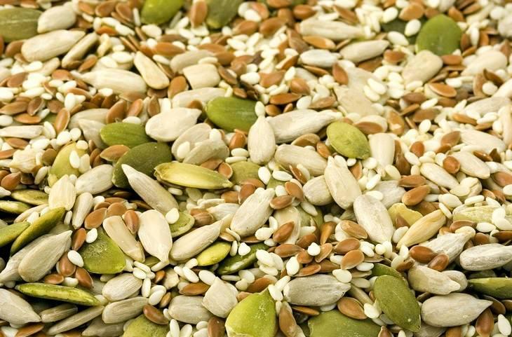מאכלים לטיפול בעצירות: תערובת של זרעי חמנייה ודלעת
