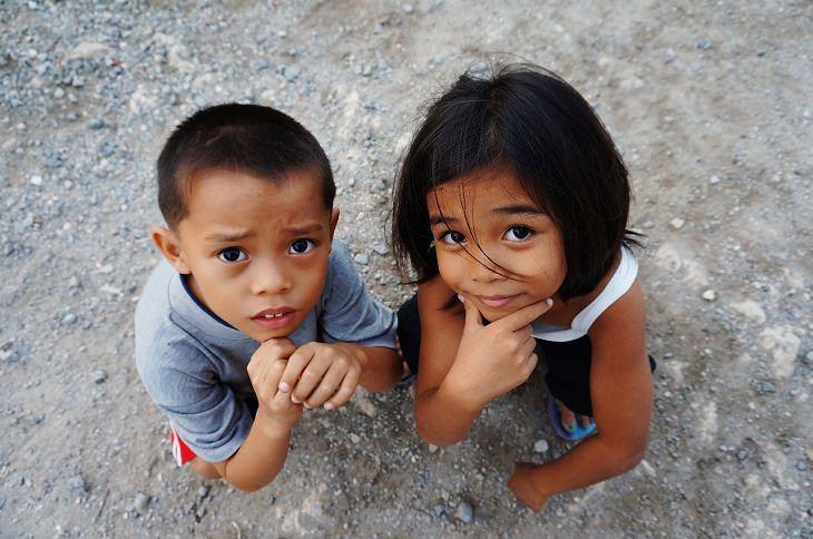 ילד וילדה מסתכלים מעלה במבט שואל