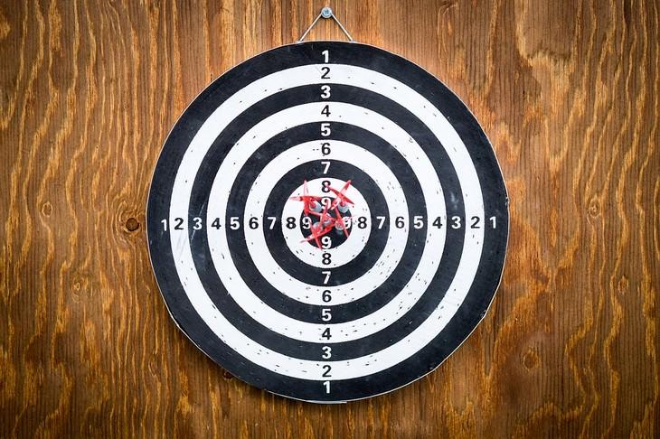 10 חוקים להצלחה: לוח מטרה עם חץ במרכזו