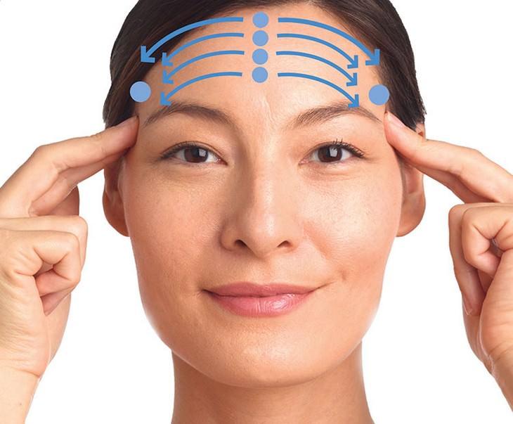 עיסויים לשיפור מראה עור הפנים: תמונה של עיסוי המצח