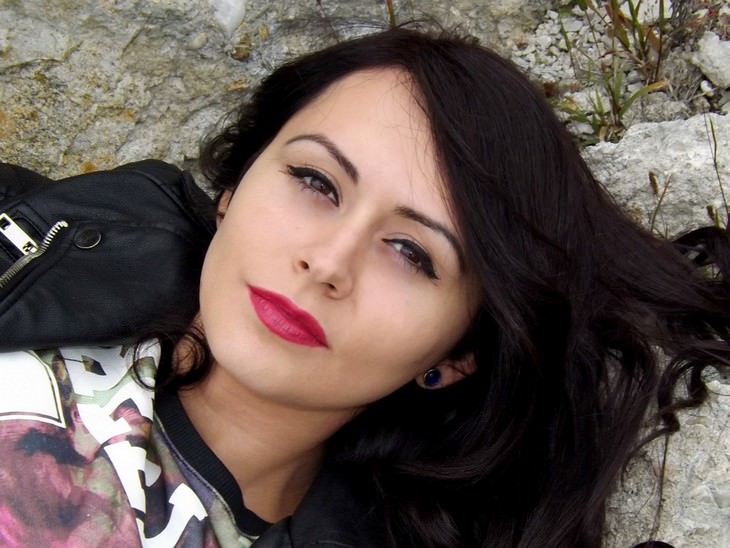 עיסויים לשיפור מראה עור הפנים: אישה שוכבת על סלע