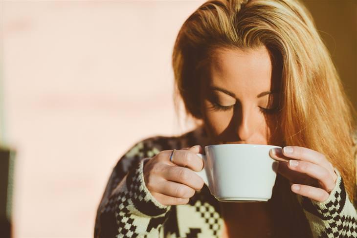 צמחי מרפא להתגברות על עייפות: אישה שותה מתוך כוס