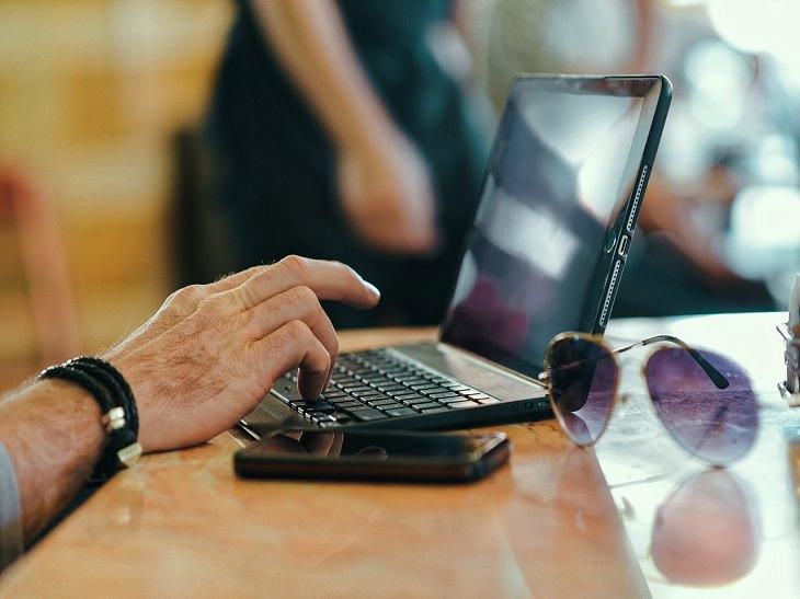 חלופות עבריות לשמות לועזיים: אצבעות אדם מקישות על מקלדת מחשב נייד