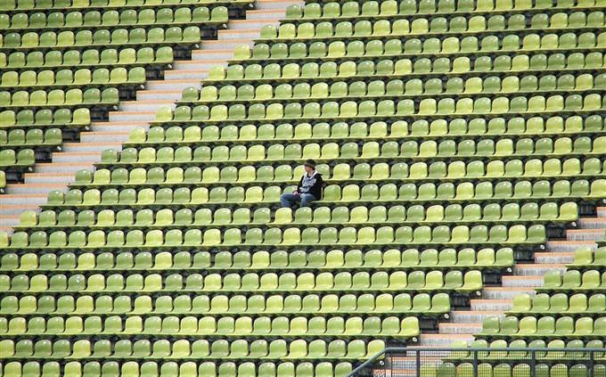 יציע איצטדיון ריק עם אדם בודד