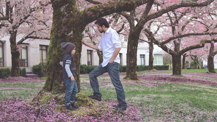 אבא וילדו עומדים לצד עץ ומדברים