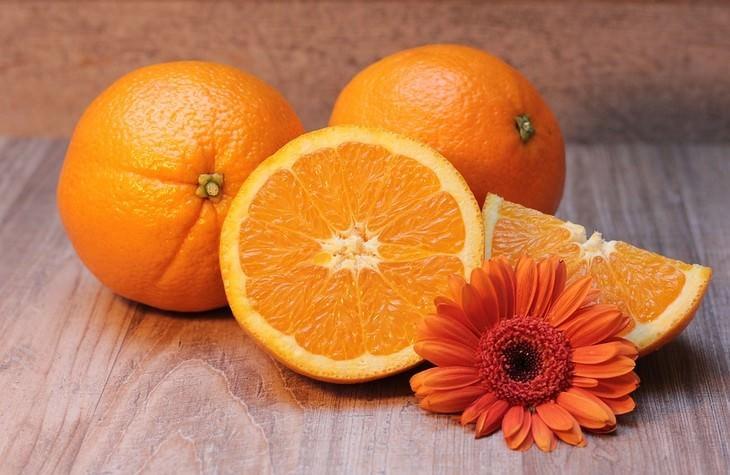 תפוזים שלמים וחתוכים