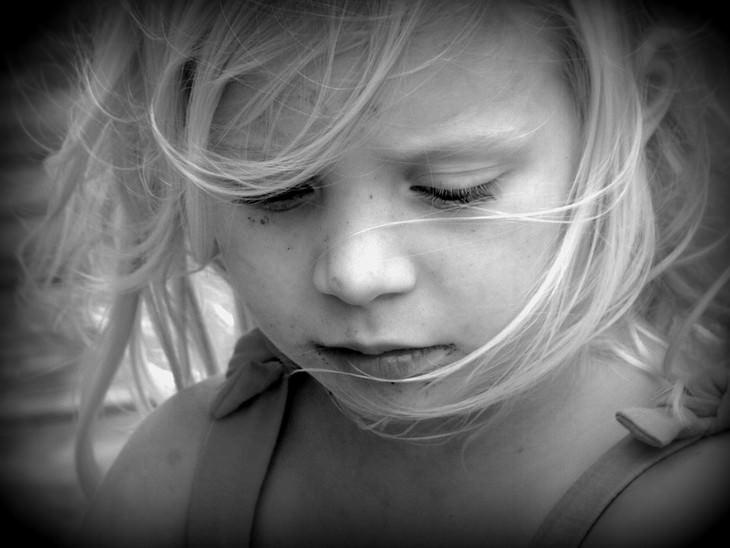 טעויות שהורים עושים בחינוך ילדיהם: ילדה עצובה