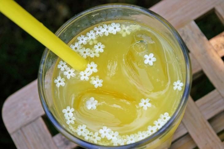 משקה פירות עם קוביות קרח ופרחים קטנים