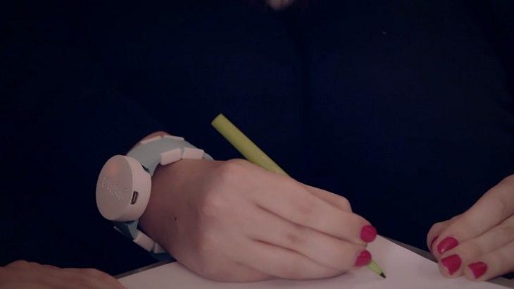 """""""שעון אמה"""" - פיתוח לחולי פרקינסון, ענוד על ידה של מאיירת"""