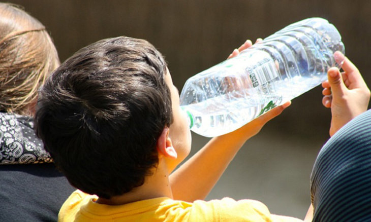 ילד שותה מים מבקבוק פלסטיק