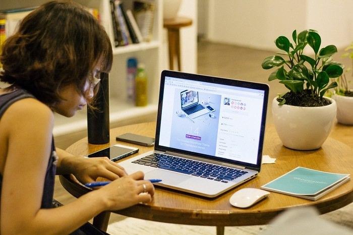תרגיל לשרירי העין: אישה צעירה עובדת לצד מחשב