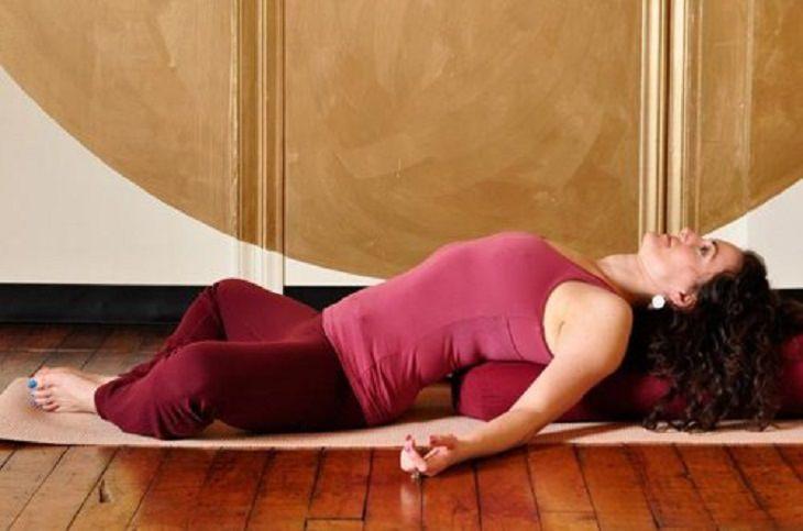 4 תנוחות להקלה ושחרור כאבי גב: התנוחה הגלית