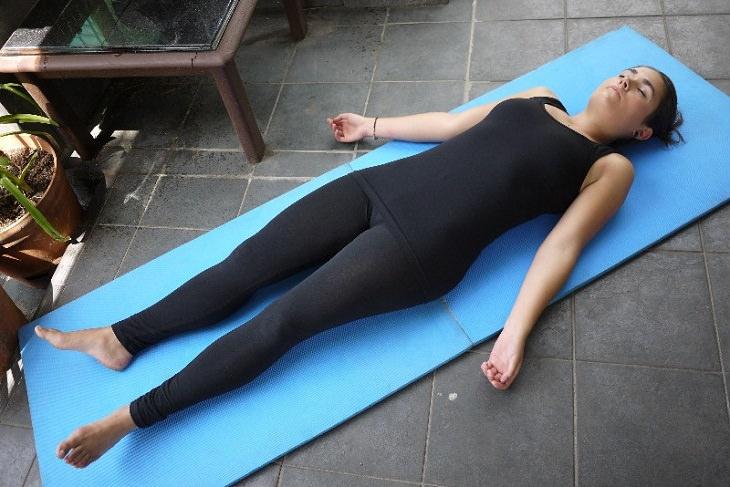 """4 תנוחות להקלה ושחרור כאבי גב: תנוחת """"שאבסאנה"""""""