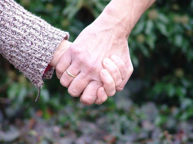 מחזיקים ידיים