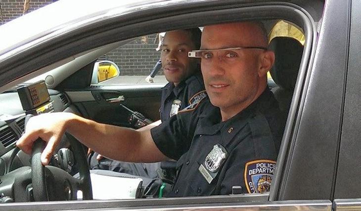 שוטר בתוך רכב משטרה עם משקפיים חכמות של גוגל