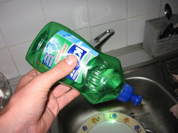 שימושים נוספים לסבון כלים: סבון כלים מעל כיור