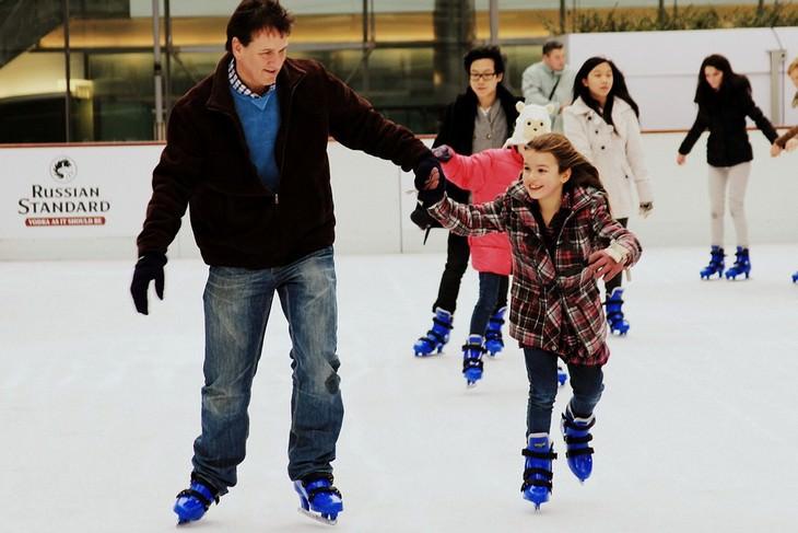 אבא ובת מחליקים על הקרח