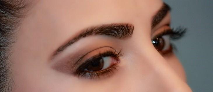 עיניים וגבות כהות של אישה