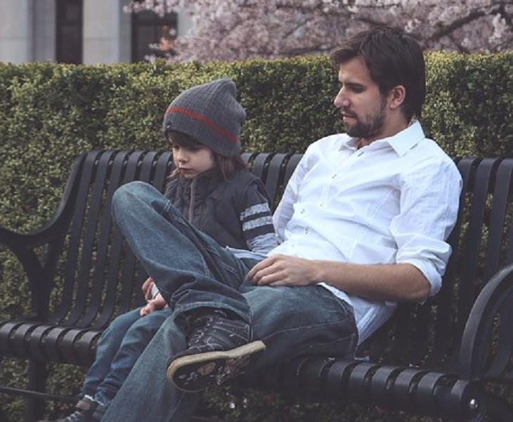 אב ובן יושבים על ספסל