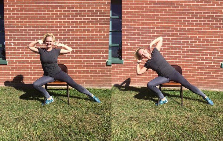 אישה יושבת על כסא ומבצעת את השלב השלישי בתרגול הכושר