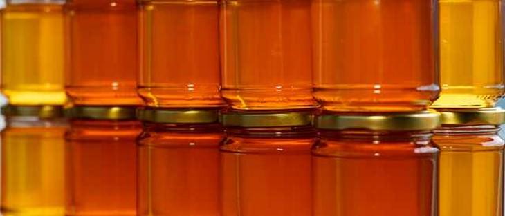 צנצנות של דבש מונחות זו על זו