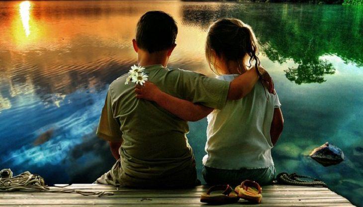 שני ילדים על מזח