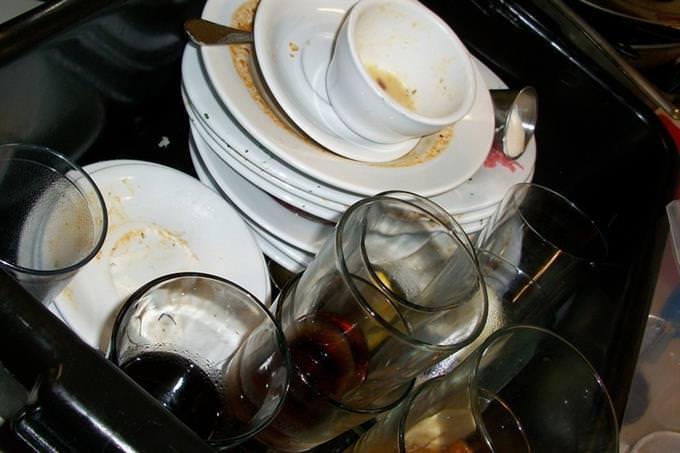 ערימת כלים בכיור