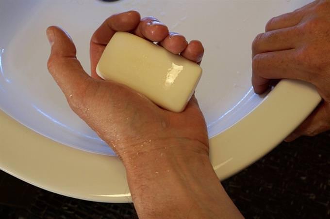 שטיפת ידיים עם סבון מעל כיור