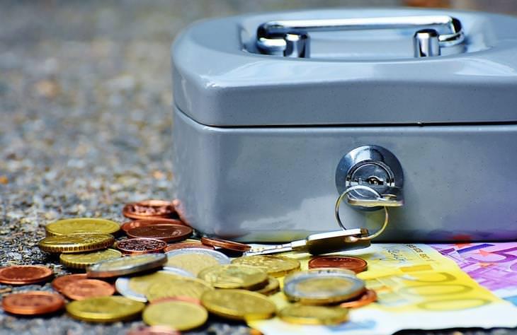 כסף וכספת קטנה עם מפתח