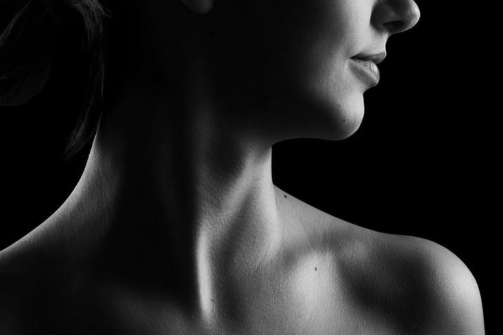 סימנים לתת פעילות של בלוטת התריס: צוואר של אישה שמביטה הצידה
